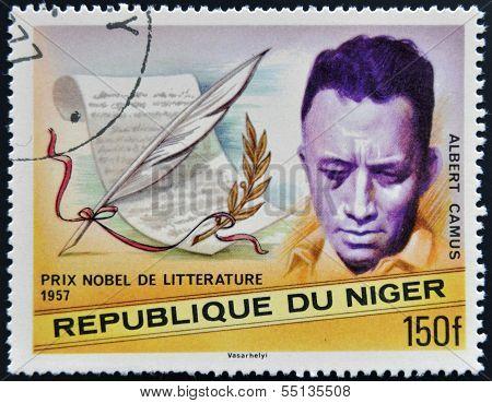 Um selo imprimido no Níger mostra o prêmio Nobel de literatura Albert Camus