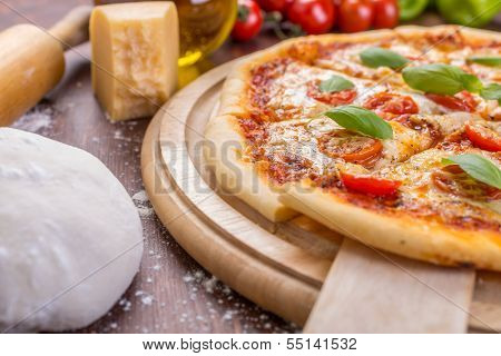 sliced margerita pizza with ingredients