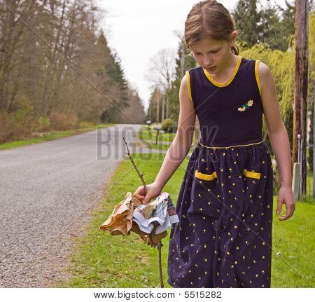 junges Mädchen am Straßenrand Umwelt