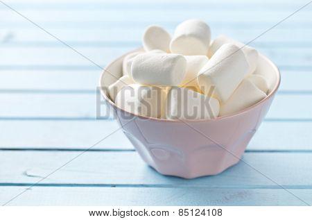 the white marshmallows in bowl