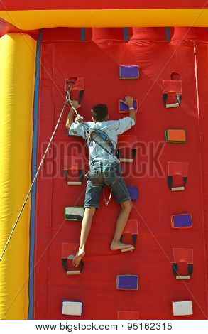 Youngster's effort in climbing