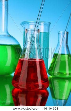 Cristalería de laboratorio sobre fondo azul