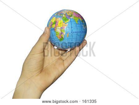 Kind Hand und Globus