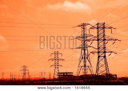 Tall Stromleitungen während des Sonnenuntergangs am Abend