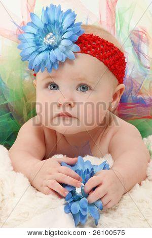 Adorable niña de 5 meses en tutú colorido y flores sombrero de cerca.