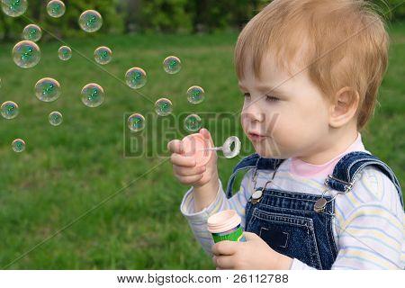 kleine Baby-Puff bis Seifenblasen über grüne