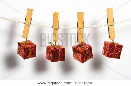 caja de regalo con lazo de cuerda Coloque ropa-peg