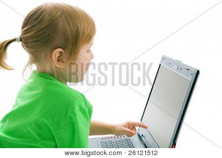 niño con ordenador portátil Mostrar el dedo en pantalla sobre fondo blanco