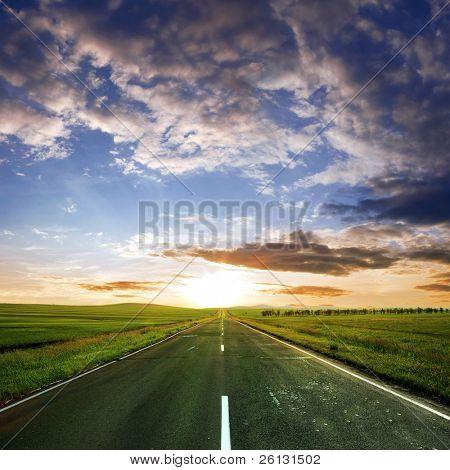 carretera asfaltada en verano
