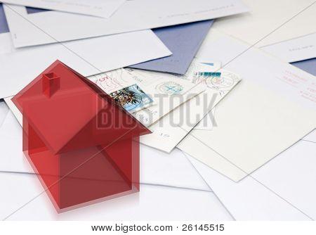 Un equipo que genera, imagen semitransparente con estilo de una casa en una pila de correo, indicando el cambio