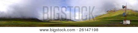 stimmungsvoller isländische Landschaft mit eine Kommunikationsstation, veranschaulichen globale Konnektivität
