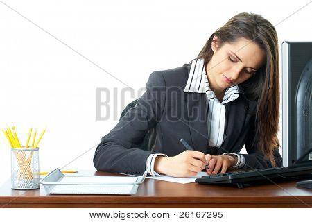 joven empresaria hacer algunas notas, escritorio de madera oscura con monitor y teclado en él, aislado en w