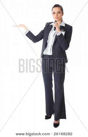 attraktive weibliche Konferenz Lautsprecher während Präsentation hält Mikrofon und macht einige Gesten,