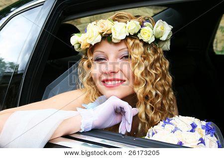 Braut sitzt im Auto