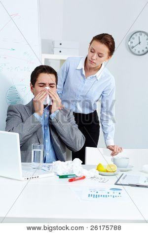 Imagem do empresário doente espirros enquanto seu parceiro olhando-o com cuidado no escritório