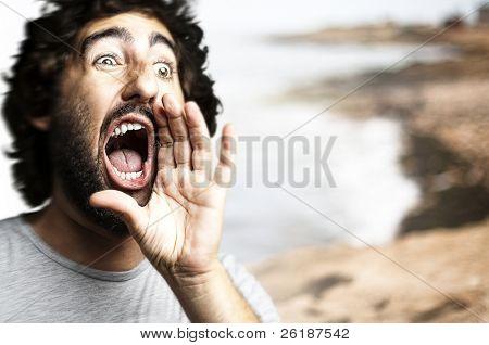 retrato de jovem gritando contra um fundo de praia