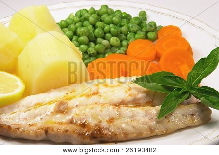 Grilled fish with carrots, peas and potatoes.