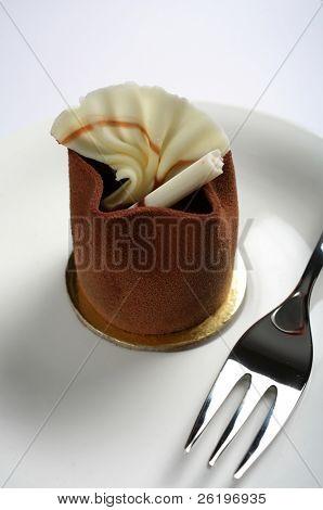 Close-up sobre un pastel de chocolate gourmet individuales petit four