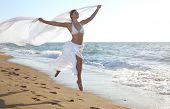 Постер, плакат: Женщина прыжки на пляже моря