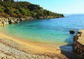 Постер, плакат: Небольшой но Восхитительный пляж Ниссаки на острове северо восточном побережье острова Корфу Греция