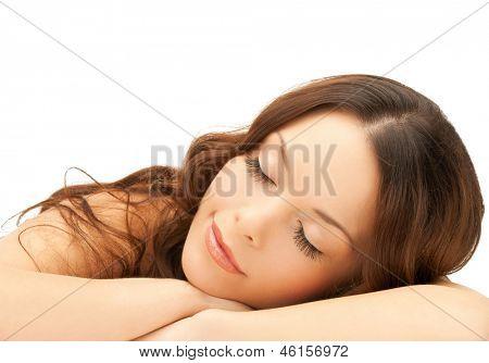 hermosa mujer con pestañas largas en spa