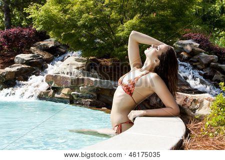 Mujer sexy en la piscina bronceado