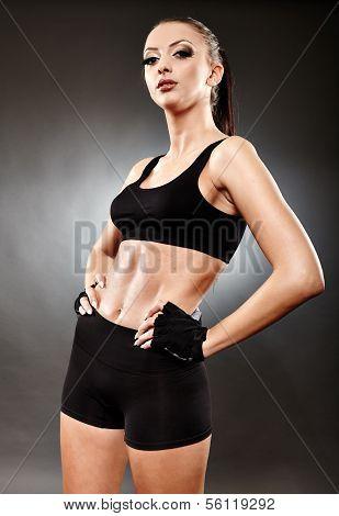 Mujer atlética en ropa deportiva parado Akimbo