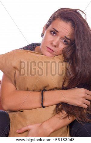 Travesseiro de menina preocupada abraços