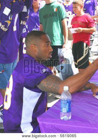 Minnesota Vikings Linebacker David Herron assina autógrafos.