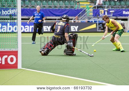 THE HAGUE, NETHERLANDS - JUNE 2: Jacob Whetton (AUS) Faces the Spanish goalie Quinco Cortes during the World Cup Hockey match between Spain and Australia. AUS beats ESP 3-0