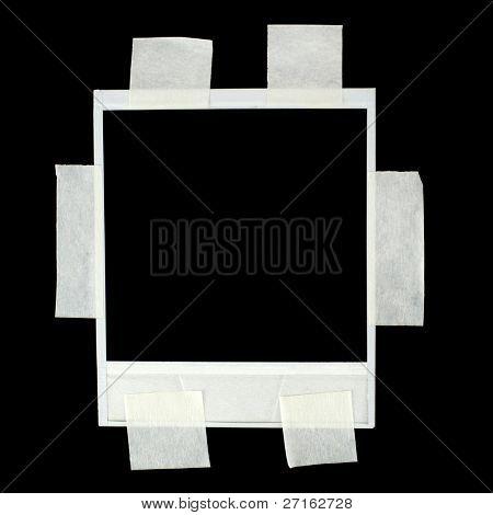 Leere Fotokarte mit Klebeband auf schwarz