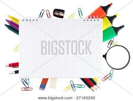 Bloc de notas con objetos inmóviles sobre fondo blanco