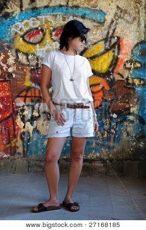 Menina com graffiti