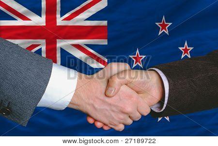 商人握手后新西兰国旗的好交易图片