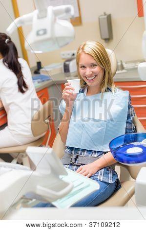 Sorrindo paciente mulher sentada cadeira odontológica cirurgia moderna exame periódico