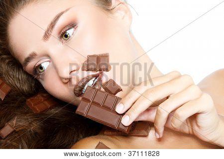 jovem bela mulher fresca comer chocolate, retrato de rosto feminino de beleza isolado no branco backgrou