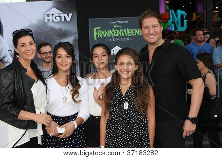 LOS ANGELES - SEP 24:  Sean Kanan, with Wife, Stepdaughters, and daughter arrives at the