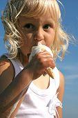 Постер, плакат: Ребенок ест мороженое