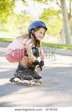 Junge Mädchen auf Inline-Skates lächelnd