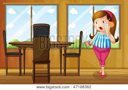 Beispiel für ein dickes Mädchen, halten einen Saft im Inneren des Hauses