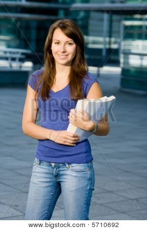 Bonito caucasiana garota de pé na escola