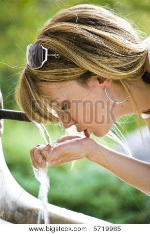 Agua potable de joven