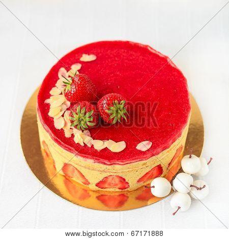 Cake with pistachio cream muslin and fresh strawberry