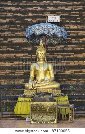 Exterior of the gold painted Buddha statue in Wat Prasat in Chiang Mai, Thaila