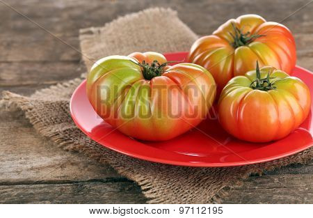 Green tomatoes on table close up
