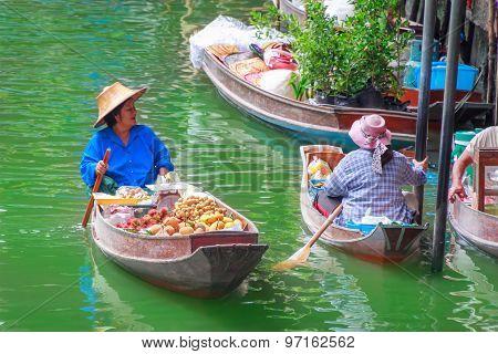 Ratchaburi,thailand-july 5,2015 Sunday Morning Blurred Floating Market Locals Selling Fresh Fruit An