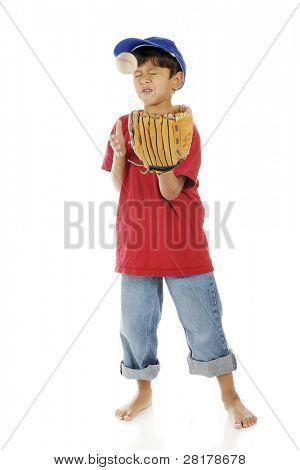 ein liebenswert vorschulkind Grimasse schneiden beim Abrufen von einem Baseball bonked, wenn Sie versuchen, ihn zu fangen. m