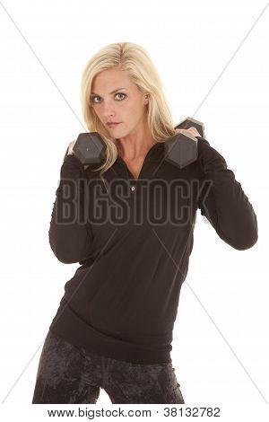 Frau in schwarz Gewichte auf Schultern