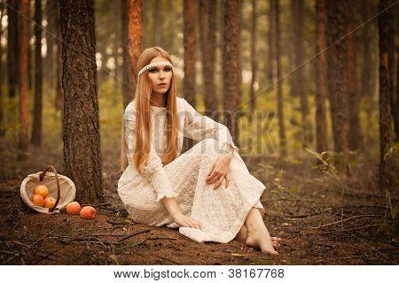 mulher sentada no chão da floresta