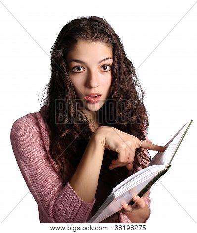 Muito jovem, apontando para o livro isolado no branco
